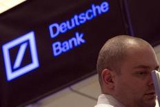 El logo de Deutsche Bank puede verse en las oficinas de la bolsa de Nueva York mientras un operador trabaja. Foto de archivo. REUTERS/Brendan McDermid. El Banco Central Europeo (BCE) haría lo correcto en comprar bonos si la baja inflación se convirtiera en una deflación, dijo el copresidente del Deutsche Bank, Juergen Fitschen, según publicó el sábado un diario alemán.
