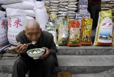 Un hombre almuerza sentado bajo una tienda de arroz en Xiangfan, en la provincia de Hubei, China. Foto de archivo. Reuters/Stringer. El creciente apetito de China por granos como la soja y el maíz parece ser el principal impulsor del acuerdo por el que el operador estatal COFCO comprará una participación mayoritaria en el negocio agrícola de Noble Group, aunque la operación tiene mucho que ver con productos como el café, el cacao y el azúcar.