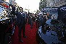 """Cast member Chris Evans waves at the premiere of """"Captain America: The Winter Soldier"""" at El Capitan theatre in Hollywood, California March 13, 2014. REUTERS/Mario Anzuoni"""