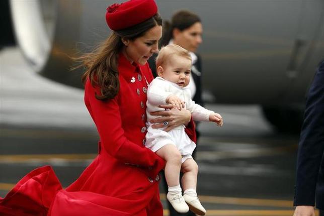 4月7日、英国のウィリアム王子夫妻が、ニュージーランドの首都ウェリントンに到着した。今回の訪問は長男ジョージ王子も同行しており、同王子にとっては初の公式外遊(2014年 ロイター/Phil Noble)