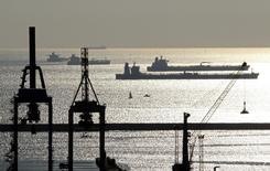 Танкеры в гавани Марселя 27 октября 2010 года. Цены на нефть Brent опустились ниже $106 за баррель после двухдневного роста, так как повстанцы в Ливии, в течение восьми месяцев препятствующие работе четырех портов на востоке страны, готовы позволить им возобновить работу. REUTERS/Jean-Paul Pelissier