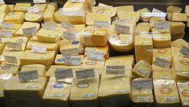 Украинский сыр в супермаркете в Киеве 29 февраля 2012 года. Россия приостановила ввоз молочной продукции шести украинских производителей, ссылаясь на нарушения, после того как на прошлой неделе лишившаяся Крыма Украина изъяла из продажи российские конфеты, сыры и консервы. REUTERS/Gleb Garanich