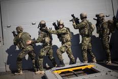 Бойцы спецподразделения румынской армии участвуют в учениях на борту американского эсминца Truxtun в Чёрном море у берегов Румынии и Болгарии 19 марта 2014 года. Запад должен предпринять жёсткие действия, возможно, включающие отправку сил НАТО на Украину, если Россия попытается аннексировать восточную часть соседней страны, сказал президент Чехии Милош Земан. REUTERS/Stoyan Nenov