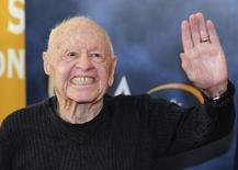 """Ator Mickey Rooney ao chegar no relançamento de uma cópia remasterizada do filme """"A Morte do Caixeiro Viajante"""", em Los Angeles. Rooney, que se tornou um dos maiores astros do cinema norte-americano ainda na adolescência, na década de 1930, lançando-se em uma carreira versátil que abrangeu dez décadas, morreu no domingo, aos 93 anos, segundo autoridades de Los Angeles. 9/09/2013. REUTERS/Gus Ruelas"""