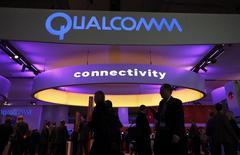 El puesto de Qualcomm en el congreso mundial de móviles de Barcelona, feb 24 2014. Qualcomm dio el lunes detalles sobre un procesador para teléfonos avanzados de gran potencia que permite velocidades más rápidas de descarga y utiliza 64 bits, algo que se está convirtiendo rápidamente en el estándar de la industria. REUTERS/Albert Gea