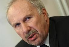 El miembro del consejo de gobierno del BCE Ewald Nowotny en una rueda de prensa en Viena, dic 6 2013. El Banco Central Europeo no tiene la necesidad inmediata de tomar medidas para combatir una inflación persistentemente baja debido a que el fortalecimiento de la economía de Europa debería reducir el peligro de una deflación, dijo el lunes Ewald Nowotny, miembro del consejo de gobierno de la entidad. REUTERS/Heinz-Peter Bader