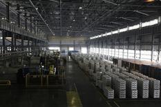 """La fundición de la acería Rusal Khakassia en Sayanogorsk, Rusia, ago 21 2013. La mayor productora mundial de aluminio, Rusal, que el mes pasado obtuvo un fallo favorable en un tribunal que frenó una reforma clave sobre el almacenamiento de los metales, defendió su posición y negó estar buscando el congelamiento de la actual situación y """"sofocar"""" cambios. REUTERS/Ilya Naymushin"""