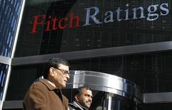 Unas personas pasan junto a la casa matriz de Fitch Ratings en Nuevba York, feb 6 2013. Aunque la posición financiera de Uruguay es significativamente más sólida que en el 2002, un brusco deterioro en la economía Argentina aún podría impactarlo con fuerza a través de distintos canales de transmisión, de acuerdo con un reporte de Fitch Ratings publicado el lunes. REUTERS/Brendan McDermid
