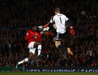 Bayern Munich's Manuel Neuer (R) is challenged by Manchester United's Danny Welbeck during their Champions League quarter-final first leg soccer match at Old Trafford in Manchester, April 1, 2014. REUTERS/Michael Dalder