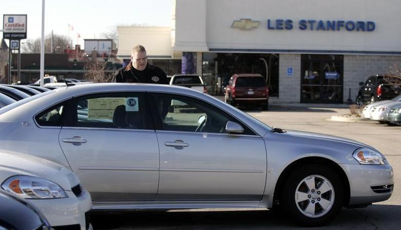 A customer looks at a 2009 Chevrolet Impala sedan at a dealership in Dearborn, Michigan December 29, 2008. REUTERS/Rebecca Cook