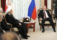 Президент РФ Владимир Путин на встрече со своим иранским коллегой Хасаном Рухани в рамках саммита ШОС в Бишкеке 13 сентября 2013 года. Два сенатора США, которые выступали за существенные санкции в отношении Ирана в связи с его ядерной программой, призвали президента Барака Обаму ужесточить ограничения в случае, если Тегеран заключит бартерную сделку с РФ. REUTERS/Mikhail Klimentyev/RIA Novosti/Kremlin