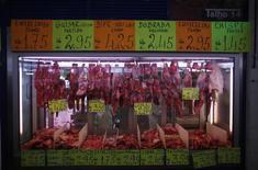 Мясная лавка на рынке в Лиссабоне 12 февраля 2013 года. Европейский центробанк будет готов к масштабной скупке активов, но до реализации этого плана предстоит долгий путь, и сначала нужно понять, изменился ли инфляционный прогноз, заявили представители ЕЦБ. REUTERS/Rafael Marchante