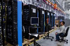 Серверы Hewlett-Packard ProLiant, предназначенные для облачных технологий, в процессе сборки на предприятии в Хьюстоне 19 ноября 2013 года. Разработчик программного обеспечения Parallels с российскими корнями, предоставляющий также облачные услуги, продал американской Ingram Micro, ведущему мировому дистрибутору оптовых IT-технологий, миноритарный пакет акций в обмен на доступ к глобальной клиентской базе Ingram. REUTERS/Donna Carson