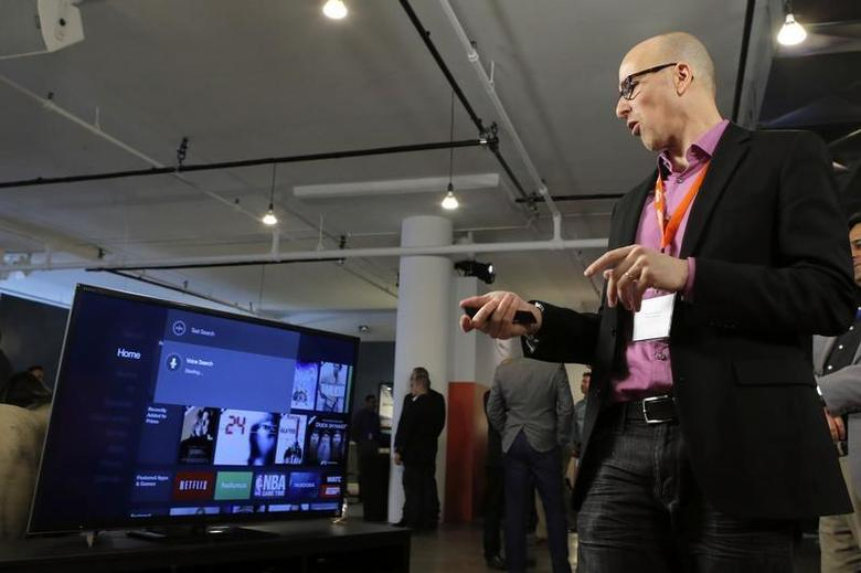 A member of the media tries the Amazon Fire TV after a news conference in New York, April 2, 2014. REUTERS/Eduardo Munoz