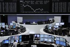 Unos operadores en la bolsa alemana en Fráncfort, abr 8 2014. Las acciones europeas cerraron el martes en baja por segundo día consecutivo, con inversores vendiendo algunos de los papeles con mejor rendimiento en el año por temor a resultados moderados en la temporada de reportes que se aproxima. REUTERS/Remote/Stringer