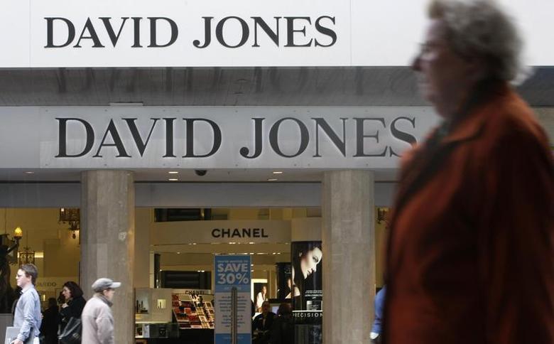 Pedestrians walk past a David Jones department store in central Melbourne September 24, 2009. REUTERS/Mick Tsikas
