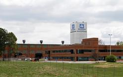 Офис Alcoa в Теннесси 8 апреля 2014 года. Alcoa Inc в ночь на среду сообщила о снижении в первом квартале скорректированной прибыли из-за падения цен на алюминий, но результат все равно превзошёл ожидания аналитиков. REUTERS/Wade Payne