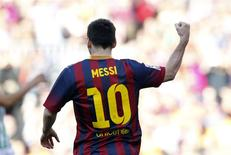 El delantero del Barcelona Lionel Messi celebra tras anotar ante el Betis en un encuentro por la primera división del fútbol español en Barcelona, abr 5 2014. El FC Barcelona anunció el miércoles que ha sumado 20,6 millones nuevos seguidores en las redes sociales en lo que va de 2014, algo que confirma la pasión que levanta a nivel internacional el campeón del fútbol español. REUTERS/Albert Gea