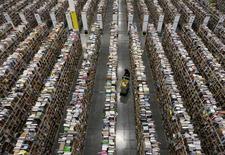 Unos trabajadores al interior de la bodega de distribución de la minorista Amazon en Phoenix, EEUU, nov 22 2013. Los inventarios mayoristas de Estados Unidos crecieron a un ritmo más lento en febrero que en el mes anterior, lo que podría apoyar la opinión de que la reposición de existencias no ayudó mucho a la economía en el primer trimestre. REUTERS/Ralph D. Freso