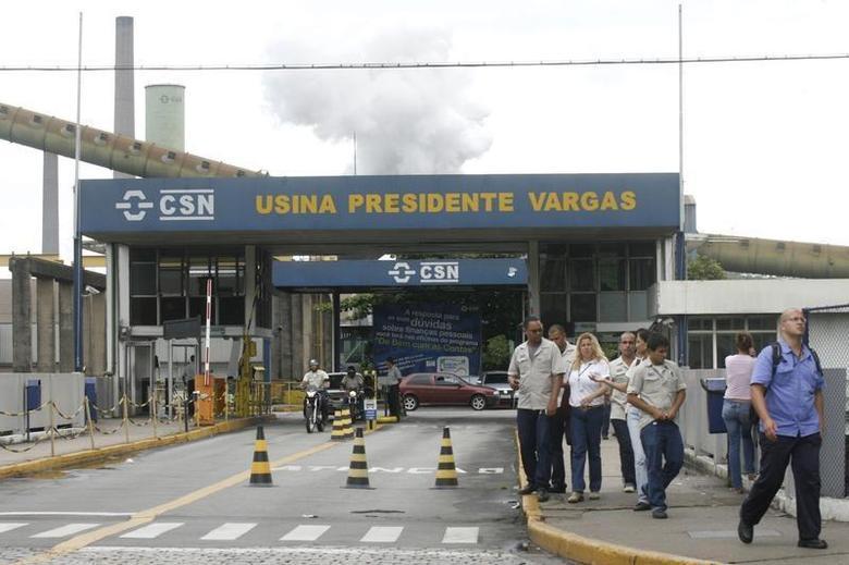 Employees of Companhia Siderurgica Nacional (CSN) are seen at Volta Redonda, 90 miles (145 km) northeast of Rio de Janeiro, January 16, 2009. REUTERS/Fernando Soutello