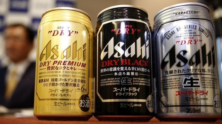 Asahi Breweries' new beer product Asahi Super Dry Premium (L), and reissued beers Asahi Super Dry (R) and Asahi Super Dry Dry Black are seen in front of its president Akiyoshi Koji during their unveiling in Tokyo December 12, 2013. REUTERS/Yuya Shino