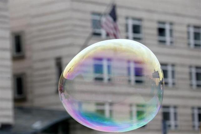 4月8日、米株の一部がバブルの領域に入ったことを知らせる危険信号は、驚異的に高いバリュエーションだけではない。写真は昨年10月、ベルリンの米大使館前に浮かんだシャボン玉(2014年 ロイター/Tobias Schwarz)」