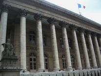 Les Bourses européennes ont ouvert en légère hausse jeudi à la suite d'un compte-rendu de la dernière réunion de la Réserve fédérale américaine, qui suggère que la banque centrale avancera prudemment sur la voie d'un relèvement de ses taux. La Bourse de Paris gagnait 0,49% vers 9h35, soutenue par LMVH (+4%), qui a fait état d'une forte accélération de ses ventes dans la mode-maroquinerie.   /Photo d'archives/REUTERS