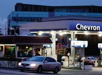 Chevron, à suivre jeudi sur les marchés américains. La deuxième compagnie pétrolière américaine a annoncé mercredi s'attendre à une baisse de son bénéfice au premier trimestre en raison d'effets de change défavorables et de charges exceptionnelles liées à sa filiale minière. /Photo d'archives/REUTERS/Fred Prouser
