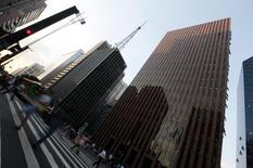 Pedestres atravessam a Avenisa Paulista, em São Paulo. O Brasil registrou taxa média de desemprego de 7,1 por cento em 2013, ante 7,4 por cento em 2012, segundo a nova pesquisa do Instituto Brasileiro de Geografia e Estatística (IBGE) sobre o mercado de trabalho, a PNAD Contínua, divulgada nesta quinta-feira. 08/04/2014 REUTERS/Paulo Whitaker