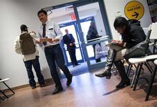 Unas personas en una feria laboral en Coney Island, EEUU, dic 11 2013. El número de estadounidenses que presentaron nuevas solicitudes de subsidios por desempleo cayó con fuerza la semana pasada y alcanzó su menor nivel en casi siete años, lo que podría mejorar las perspectivas para el crecimiento del empleo después de un invierno frío que redujo las contrataciones. REUTERS/Eric Thayer