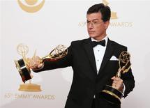 """El comediante Stephen Colbert posa junto a dos trofeos obtenidos en los premios Emmy por su programa """"The Colbert Report"""" en Los Angeles, sep 22 2013. CBS dijo el jueves que Stephen Colbert será el conductor del programa de televisión """"The Late Show"""" cuando David Letterman se retire el año que viene. REUTERS/Lucy Nicholson"""