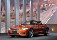 Un BMW Z4 sDrive 35is durante su presentación al mercado en la Feria del Automóvil de Detroit, EEUU, ene 14 2013. La automotriz alemana BMW dijo el jueves que llamará a revisión voluntariamente más de 156.000 vehículos en Estados Unidos, incluyendo su popular modelo compacto 3 Series, para verificar tornillos posiblemente defectuosos que podrían dañar los motores. REUTERS/James Fassinger