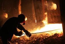 Рабочий у плавильной печи на металлургическом комбинате в Донецке 3 декабря 2004 года. Запасы стали в Крыму тают, украинские поставщики прекратили поставки на полуостров, а российские не могут обеспечить спрос из-за бюрократических проблем, пожаловались участники металлургического рынка СНГ. REUTERS/Viktor Korotayev