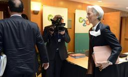 """La directora gerente del Fondo Monetario Internacional, Christine Lagarde, a su llegada a la cumbre ministerial del G20 en el marco de la reunión de primavera boreal del Banco Mundial y el FMI en Washington, abr 11 2014. El grupo de las mayores economías del mundo está atento a la situación en Ucrania """"por cualquier riesgo a la estabilidad económica y financiera"""", según un borrador de un comunicado de los ministros de Finanzas y banqueros centrales del G20. REUTERS/Mike Theiler"""