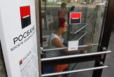Société générale annonce vendredi l'acquisition de la participation de 7% du groupe Interros dans Rosbank, une transaction qui permet à la banque française de contrôler 99,4% de sa filiale russe. /Photo prise le 15 mai 2013/REUTERS/Maxim Shemetov