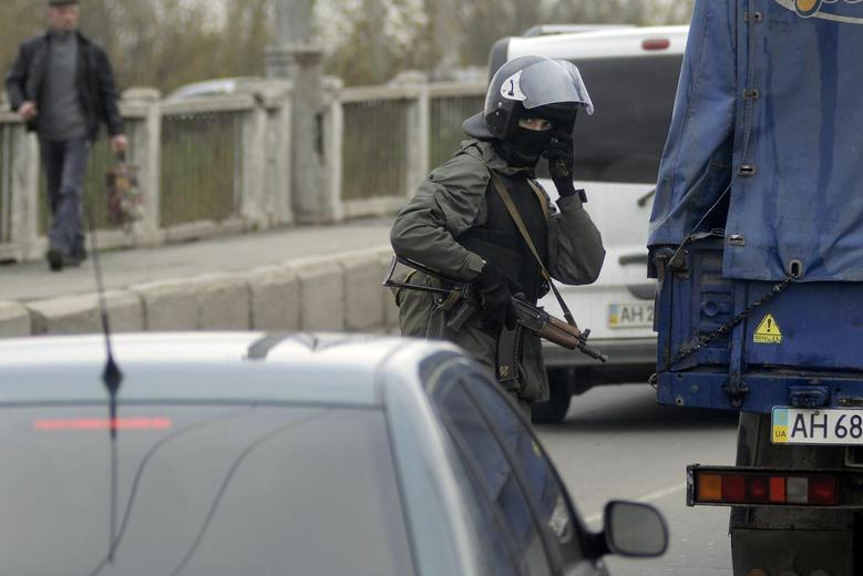 Ukraine prepares armed response as city seized by...