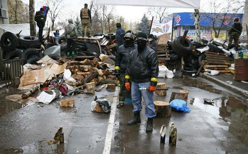 Ukraine gives rebels deadline to disarm or face military operation