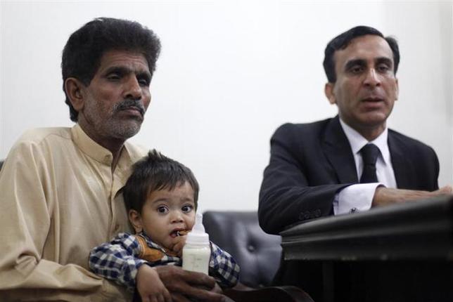 4月12日、パキスタンの裁判所は、殺人未遂罪で起訴された生後9カ月の男児(中央)について、起訴を取り下げる判断を下した。弁護士が明らかにした。ラホールで撮影(2014年 ロイター/Mohsin Raza)
