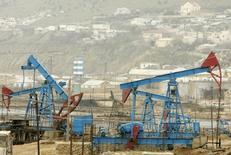 Станки-качалки в Баку 17 марта 2009 года. Цены на нефть растут из-за усиления геополитической напряженности на Украине, угрожающей военным противостоянием Украины с Россией. REUTERS/David Mdzinarishvili