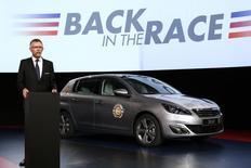 """Carlos Tavares, président du directoire de PSA Peugeot Citroën. Le constructeur automobile a présenté un plan stratégique à moyen terme, baptisé """"Back in the race"""", axé sur une simplification de ses gammes de voitures, pour retrouver une marge opérationnelle positive de 2% d'ici 2018. /Photo prise le 14 avril/REUTERS/Benoit Tessier"""