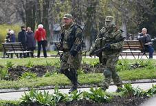 Un grupo de hombres armados pro rusos avanzan cerca de la oficina del alcalde en Slaviansk, Ucrania, abr 14 2014. Los inventarios totales de las empresas de Estados Unidos subieron algo menos de lo previsto en febrero mientras que las ventas repuntaban, sugiriendo un lento ritmo de reabastecimiento que podría pesar sobre el crecimiento económico del primer trimestre. REUTERS/Gleb Garanich