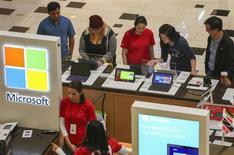 Un grupo de personas prueba una serie de tabletas surface de Microsoft en la galería Glendale en Glendale, EEUU, nov 29 2013. Las ventas minoristas en Estados Unidos subieron en marzo con la mayor fuerza del último año y medio, en la más reciente señal de que la economía está superando el mal clima de comienzos de año y que se aceleraría en el segundo trimestre. REUTERS/Jonathan Alcorn