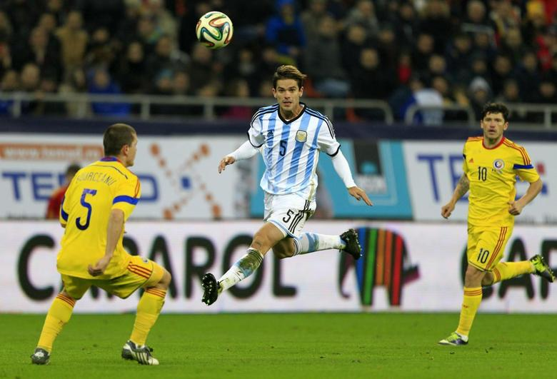 Argentina's Fernando Gago (C) challenges Romania's Alexandru Bourceanu (L) and Cristian Tanase during their international friendly soccer match at the National Arena in Bucharest March 5, 2014. REUTERS/Radu Sigheti