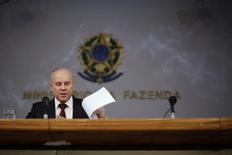 """O ministro da Fazenda, Guido Mantega, fala durante uma coletiva de imprensa sobre a economia em Brasília. O governo anunciou nesta terça-feira meta cheia do superávit primário para 2015 de 143,3 bilhões de reais, ou 2,5 por cento do Produto Interno Bruto, considerada """"mais realista"""" e inferior ao objetivo definido nos últimos anos de cerca de 3 por cento do PIB. 27/02/2014 REUTERS/Ueslei Marcelino"""