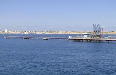 Vista geral do porto de Hariga, na Líbia. Um navio petroleiro deverá carregar 1 milhão de barris de petróleo nesta terça-feira no porto de Hariga, reaberto recentemente na Líbia, na primeira exportação desde que um acordo encerrou meses de bloqueios impostos por rebeldes nos terminais do país, disse a estatal petroleira National Oil Corp (NOC). 27/02/2014 REUTERS/Stringer