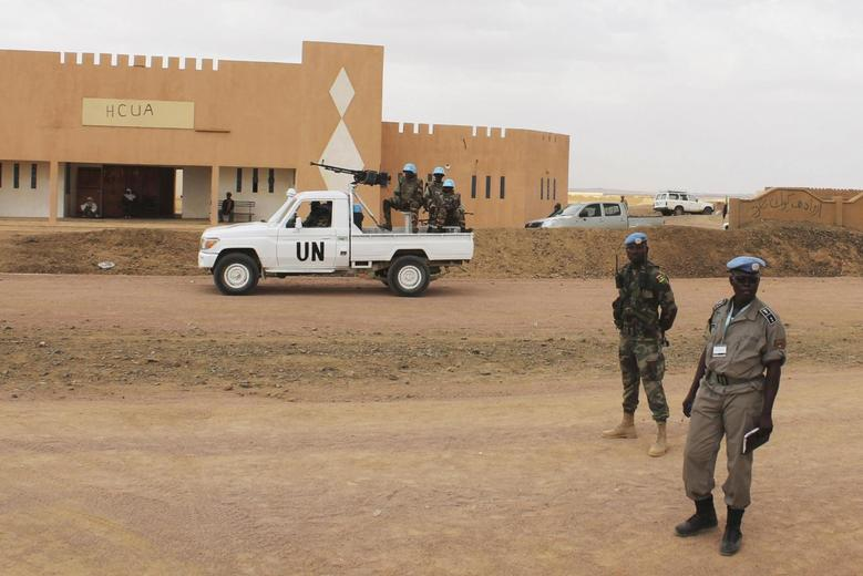 United Nations peacekeepers stand guard outside the headquarters of former Islamist rebel group High Council for the Unity of Azawad (HCUA) in Kidal August 28, 2013. REUTERS/Adama Diarra