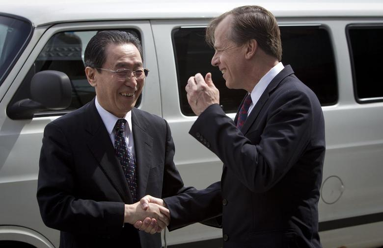 U.S. Special Representative for North Korea Policy Glyn Davies (R) shakes hands with China's special representative for Korean Peninsula Affairs Wu Dawei at the U.S. Mission to the United Nations in New York, April 14, 2014. REUTERS/Carlo Allegri