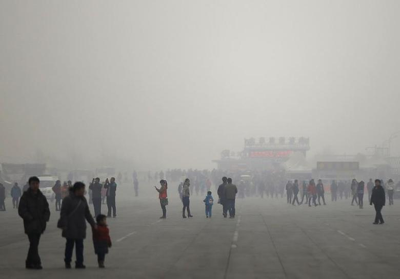 People visit the Olympic Park amid thick haze in Beijing February 25, 2014. REUTERS/Kim Kyung-Hoon