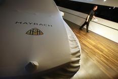 Накрытый тканью автомобиль Maybach на Международном автосалоне во Франкфурте-на-Майне 12 сентября 2011 года. Немецкий автоконцерн Daimler хочет вдохнуть новую жизнь в некогда культовый для олигархов, рэперов и членов королевских семей бренд Maybach, чтобы удовлетворить спрос на роскошь со стороны клиентов в Азии и США, сообщил источник, знакомый с планами компании. REUTERS/Ralph Orlowski