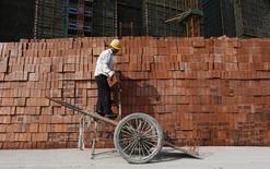 Trabajador en una construcción en Hangzhou, provincia de Zhejiang, abr 14, 2014. La economía de China creció a su ritmo más lento en 18 meses a comienzos del 2014, pero el desempeño fue mejor que lo esperado y mostró una cierta mejoría en marzo, lo que sugiere que Pekín no se apresurará en dar seguimiento a las medidas adoptadas recientemente para apoyar a la actividad. REUTERS/William Hong USO SOLO FUERA DE CHINA. NO PARA USO COMERCIAL O VENTAS EDITORIALES DENTRO DE CHINA.